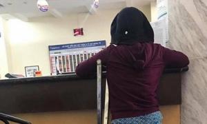 Không biết chữ, đôi chân chẳng lành lặn, người mẹ khiến bao người cảm phục vì một câu nói giữa ngân hàng