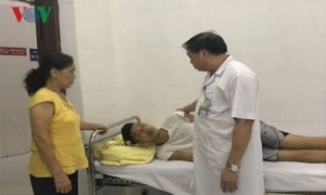 Bệnh nhân leo lên tầng 18 Bệnh viện Bạch Mai đòi tự sát