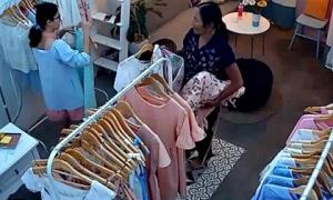 Bà già cầm nón lá, bao tải trộm đồ trong các shop quần áo rồi mang hàng ra vỉa hè bày bán
