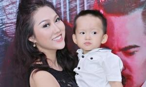 Con trai Phi Thanh Vân trở thành tâm điểm chú ý khi cùng mẹ đi sự kiện