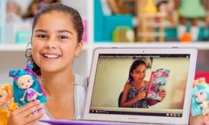 Bé gái tiểu học thành nữ hoàng Youtube chỉ nhờ đồ chơi