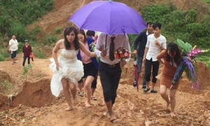 Hình ảnh cô dâu chân trần, lội bùn vượt núi về nhà chồng gây xôn xao