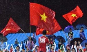 Cổ động viên đội mưa rào cổ vũ đội tuyển Việt Nam
