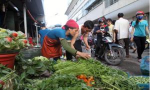"""Hà Nội: Rau xanh tiếp tục """"sốt"""" giá sau mưa bão"""
