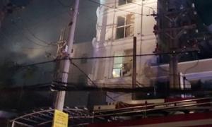 Quán karaoke bốc cháy ngùn ngụt, 7 người bị mắc kẹt