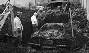 """Hai cậu bé tìm thấy """"báu vật"""" bị chôn giấu cùng câu chuyện lạ khi chơi trong vườn"""