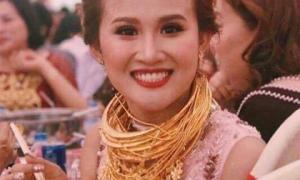 Cô dâu vàng đeo trĩu cổ tiết lộ gia thế và số vàng được trao trong ngày cưới