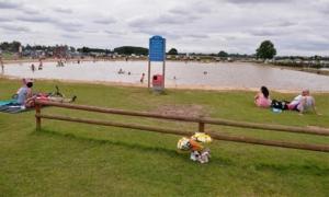 Nghĩ con sợ nước, mẹ và cha dượng bỏ mặc con ở hồ bơi và cái kết khủng khiếp