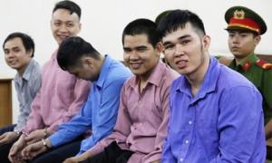Nhóm thanh niên tươi cười khi hầu tòa tội giết người
