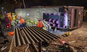Lật xe bus 2 tầng đang chạy ở Hong Kong, 18 người thiệt mạng