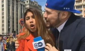 Nữ phóng viên World Cup xinh đẹp bị sàm sỡ ngay trong lúc dẫn trực tiếp
