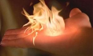 Lạ lùng bé gái tạo ra lửa thật bằng bàn tay, nhiều lần suýt thiêu rụi cả nhà