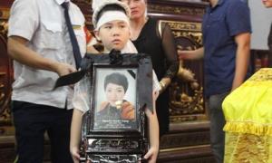Đám tang Huyền Trang: Hai con nhỏ kiễng chân nhìn linh cữu gọi 'Mẹ ơi đừng ngủ nữa'