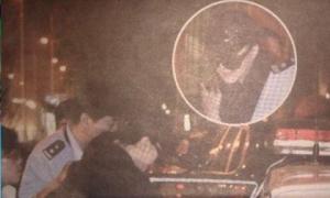 Tiếp tục xôn xao hình ảnh chấn động: Phạm Băng Băng trùm kín mặt, bị cảnh sát áp giải lên xe?