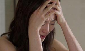 Ăn bát mì tôm con trai nấu cho mẹ ở cữ, nước mắt tôi nghẹn ngào vì uất hận