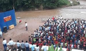 Xót xa hình ảnh khai giảng ngoài trời, bên cạnh dòng lũ chảy xiết của học sinh Lai Châu