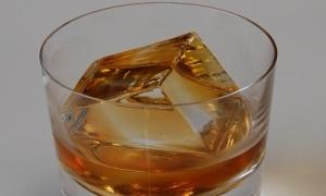 Giới siêu giàu chi gần chục triệu mua đá lạnh 'sang chảnh' về uống rượu