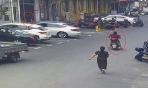 Bị người phụ nữ truy đuổi suốt 2 km, tên trộm chắp tay xin tha vì 'không thở được nữa rồi'