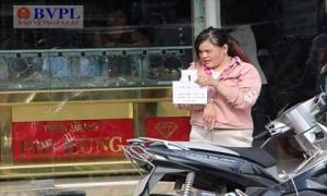 Nữ quái 25 tuổi táo tợn cướp tiệm vàng giữa ban ngày