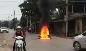 Va chạm giao thông, nam thanh niên đốt xe của người phụ nữ giữa đường