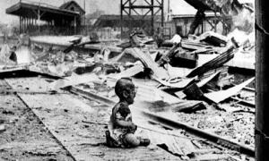 Bức ảnh em bé cháy sém bên đống đổ nát và câu chuyện phía sau khiến thế giới ám ảnh