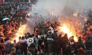 Biển người Trung Quốc chen chúc ném tiền, đốt hương nghi ngút trong ngày Thần Tài