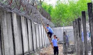 Truy bắt 4 bị can cưa ô thông gió trốn khỏi nhà tạm giữ ở Đắk Tô