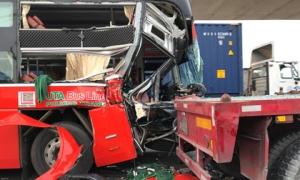 Xe khách biến dạng sau cú tông xe container, 1 người chết