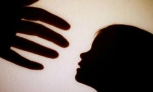 Phẫn nộ bé gái 3 tuổi bị cha dượng hãm hiếp, mẹ đẻ chứng kiến đến chết
