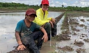Hoa hậu H'Hen Niê lội ruộng, ngồi ăn cơm giữa cánh đồng