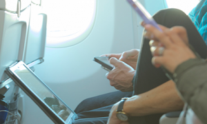 Chuyện gì xảy ra nếu không tắt điện thoại trên máy bay?