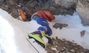 Vì sao thi thể nổi tiếng nhất đỉnh Everest không được chôn cất trong suốt 20 năm?