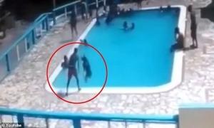 Đau lòng khoảnh khắc cậu bé 16 tuổi dìm 'crush' xuống bể bơi để trêu đùa mà không biết cô bé đã chới với cho đến chết