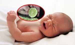 Vắt nước cốt chanh vào miệng trẻ đang sốt và co giật để chữa bệnh: Chuyên gia khẳng định cha mẹ đang làm hại con