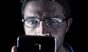 Tác hại không ngờ của ánh sáng xanh từ điện thoại di động và máy tính đến cơ thể con người