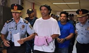 Ronaldinho đi tù và dấu chấm hết cho ngày trở về Barca
