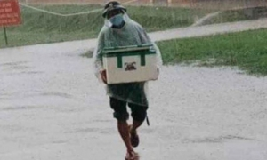 Hình ảnh anh lính đội mưa, khệ nệ bê thùng xốp tiếp tế lương thực cho người dân ở khu cách ly khiến ai nấy đều 'ấm lòng'