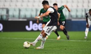 Ronaldo lập cú đúp penalty giúp Juventus tiến sát chức vô địch