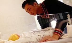 Đàm Thu Trang khoe khoảnh khắc Cường Đô La chăm con gái mới sinh, muốn tan chảy vì ánh mắt quá đỗi âu yếm