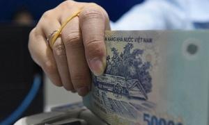 Nhân viên ngân hàng trước 'cơn bão' giảm lương thưởng