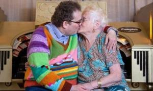 Cặp đôi đũa lệch: Vợ 83 và chồng 45 tuổi, mỗi ngày trao nhau 150 nụ hôn, nắm tay mọi lúc