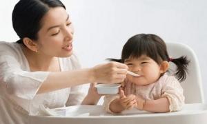 Sai lầm khi cho con ăn sữa chua mất sạch canxi, lợi đâu không thấy toàn rước hại