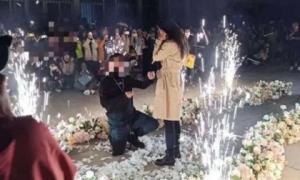 Công tử nhà giàu mang 6 siêu xe đến cầu hôn nữ sinh ở sân trường, kết quả lại làm nhiều người bức xúc