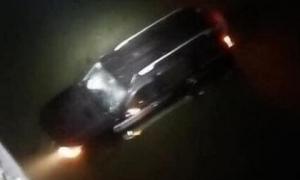 Xe ô tô lao từ trên cầu xuống sông, hai vợ chồng cùng con nhỏ may mắn thoát nạn
