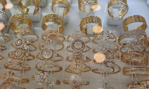 Giá vàng hôm nay 23-10: Bị nhấn chìm nửa triệu đồng/lượng, nhà đầu tư 'ôm' USD