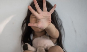 Chứng kiến cảnh mẹ dan díu với gã hàng xóm ngay trong nhà, bé gái đột ngột mất tích và bi kịch khiến người cha đau đớn bội phần