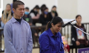 Người mẹ đẻ, cha dượng đánh đập con gái 3 tuổi tử vong bật khóc tại toà, bất ngờ thay đổi lời khai