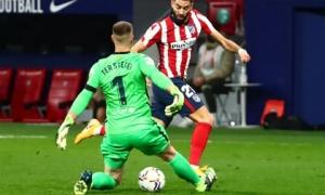 Siêu phẩm bàn thắng hạ gục Barcelona, Atletico chia ngôi đầu La Liga