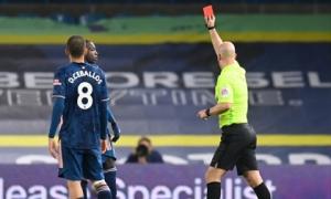 Sao Arsenal nhận thẻ đỏ sau pha 'thiết đầu công'