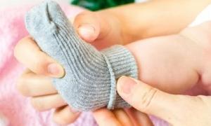 Đi tất cho trẻ khi ngủ: Tưởng tốt hóa ra hại đủ đường, thậm chí tăng nguy cơ đột tử